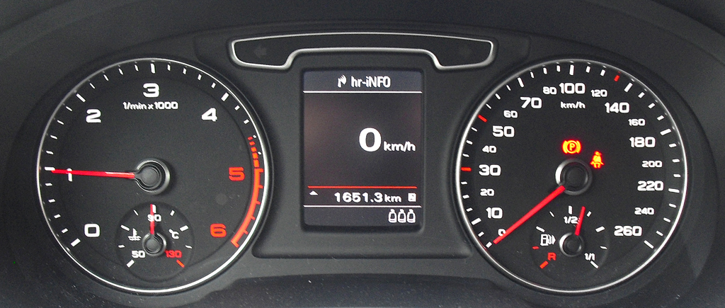 Audi Q3: Blick durch den Lenkradkranz auf die Rundinstrumentierung.