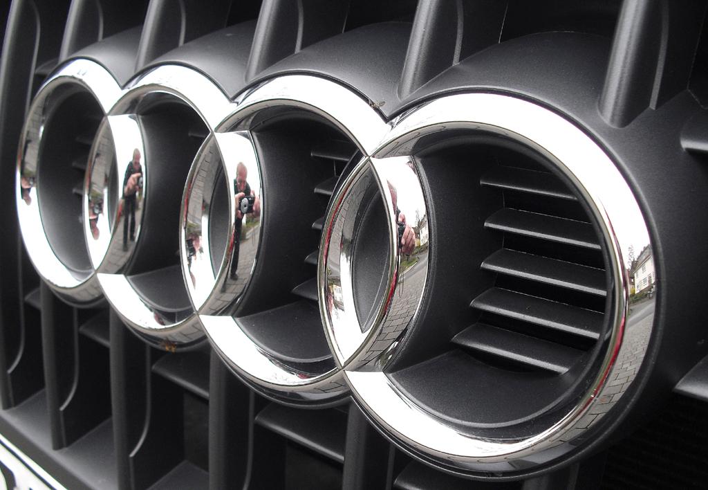 Audi Q3: Die vier Markenringe sitzen vorn mittig im Kühlergrill.