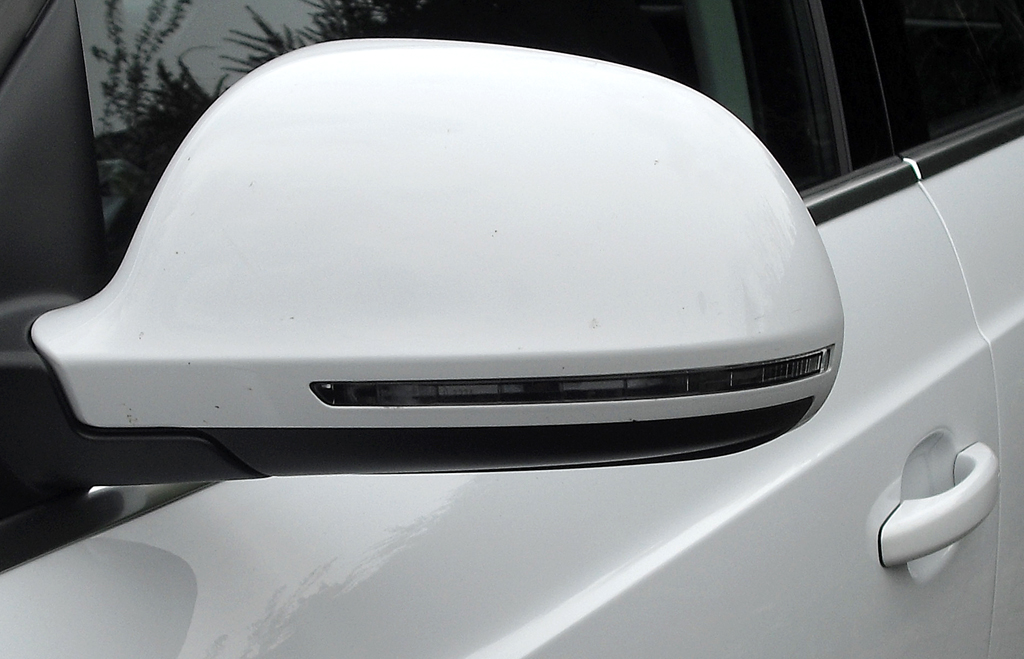 Audi Q3: In die Außenspiegel sind schmale Blinkleisten integriert.