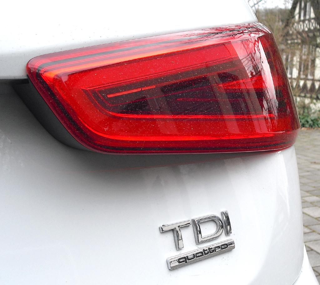 Audi Q3: Moderne Leuchteinheit hinten mit Antriebsschriftzug.