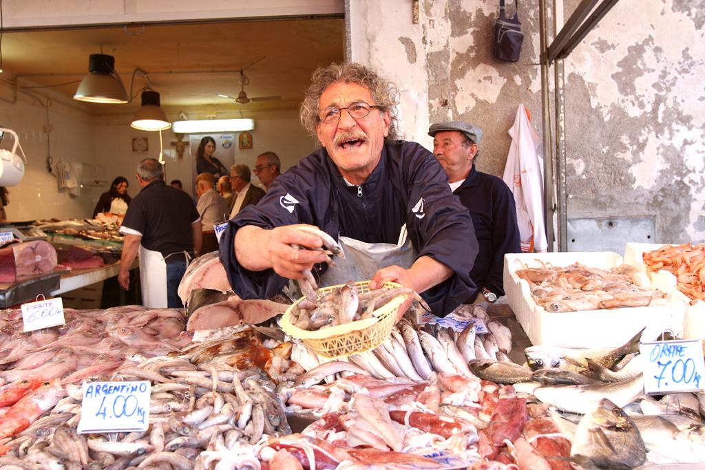 Auf dem Fischmarkt geht es bisweilen laut zu.