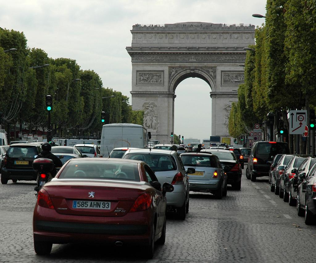 Auf der Prachtstraße Champs Elysées mit Triumphbogen im Hintergrund.