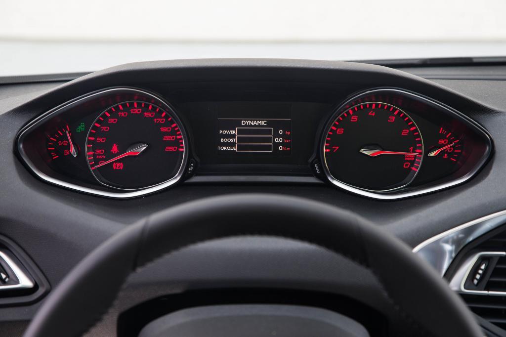 Aufgeräumt muten auch die Instrumentenoberflächen an, was dem Peugeot die Gunst der Designaffinen garantiert