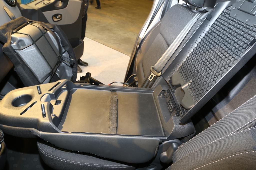 Aus der Lehne kann zudem ein Klemmbord herausgenommen und in eine Halterung fixiert werden - Foto: Renault