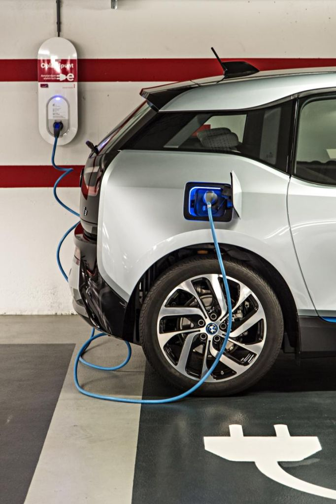 BMW gibt eine Batteriekapazität von 18,8 Kilowattstunden (kWh) an und errechnet aus dem Normverbrauch von 12,9 kWh nebst Rekuperation eine theoretische Reichweite von 190 Kilometern.