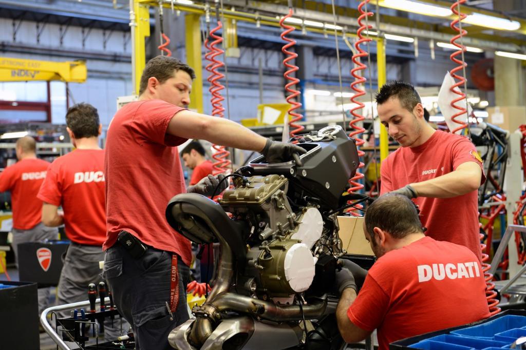 Bei der rund einstündigen Werksführung erfährt man wie lang der Bau eines Motors dauert.
