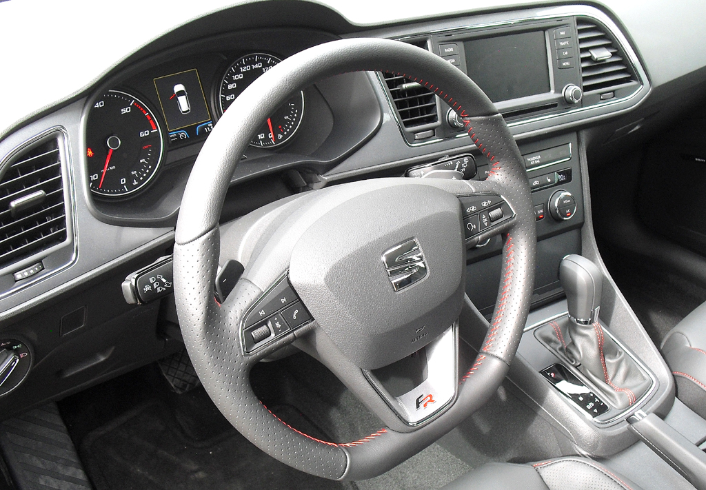 Blick ins übersichtlich gestaltete ST-Cockpit.