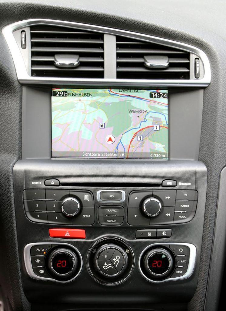 Citroën DS4: Blick auf den mittleren Armaturenträger mit farbigem Multifunktionsdisplay.