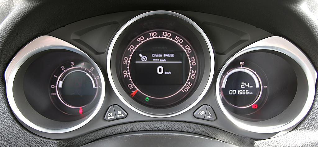 Citroën DS4: Blick durch den Lenkradkranz auf die Rundinstrumentierung.