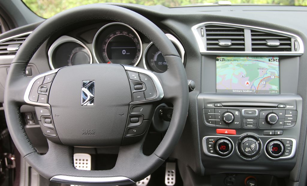 Citroën DS4: Blick ins recht übersichtlich gestaltete Cockpit.