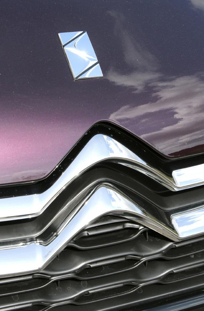 Citroën DS4: Das Markenlogo, der Doppelwinkelt, ragt vorn in die Motorhaube hinein.