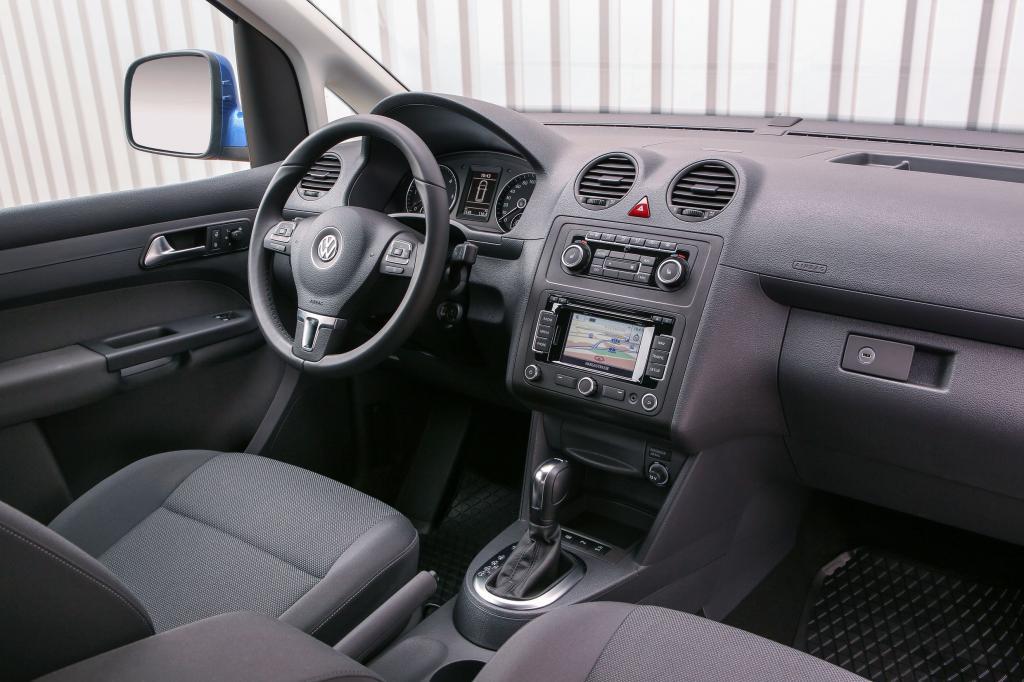 Das Ambiente im Innenraum ist zwar deutlich weniger wohnlich als in den teureren Kompakt-Vans, überzeugt aber mit durchaus ansehnlichen Materialien, guter Verarbeitung und gewohnt einfacher Bedienung