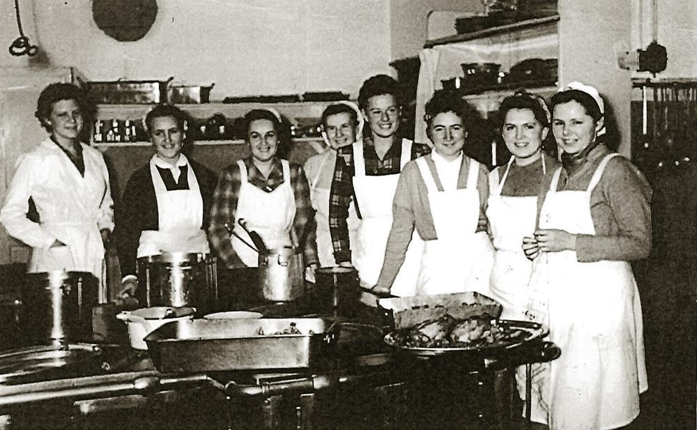 Das Küchen- und Serviceteam hat sich zu einem Foto versammelt.