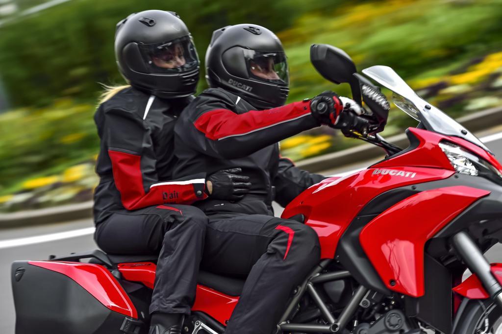 Das System in der Ducati Multistrada S Touring D-Air wiegt nur 1 kg und kostet 700 Euro Aufpreis, die um 1,5 kg schwerere Airbag-Jacke 1.400 Euro.