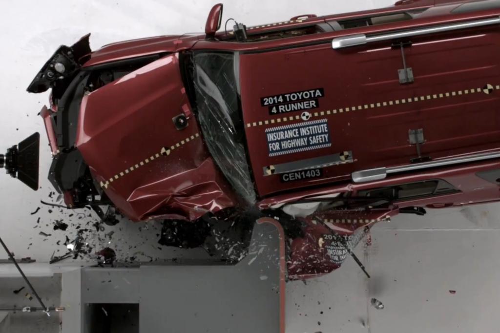 Das Verheerende an dieser Unfallkonstellation ist: Die eigentliche Crashstrukturen werden gar nicht getroffen Foto: © IIHS