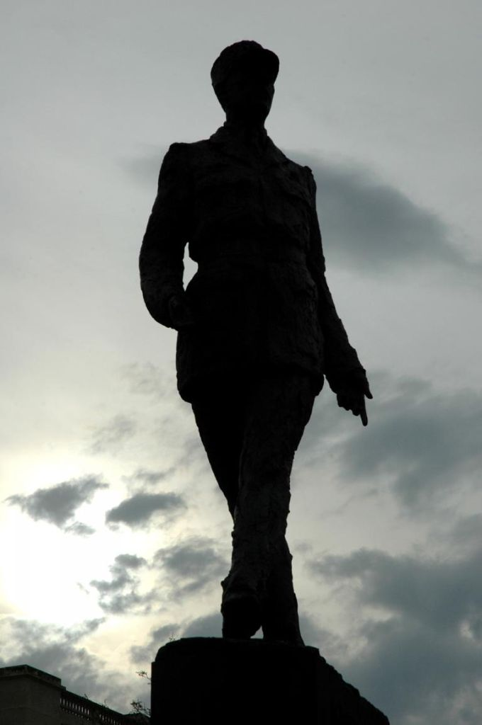 Denkmal für (Widerstands-)General und Staatspräsident Charles de Gaulle im Dämmerlicht.