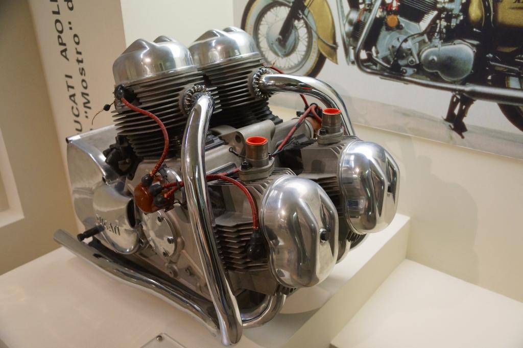 Der 220 kg schwere Motor macht die Produktion der Ducati Apollo 1963 unmöglich.