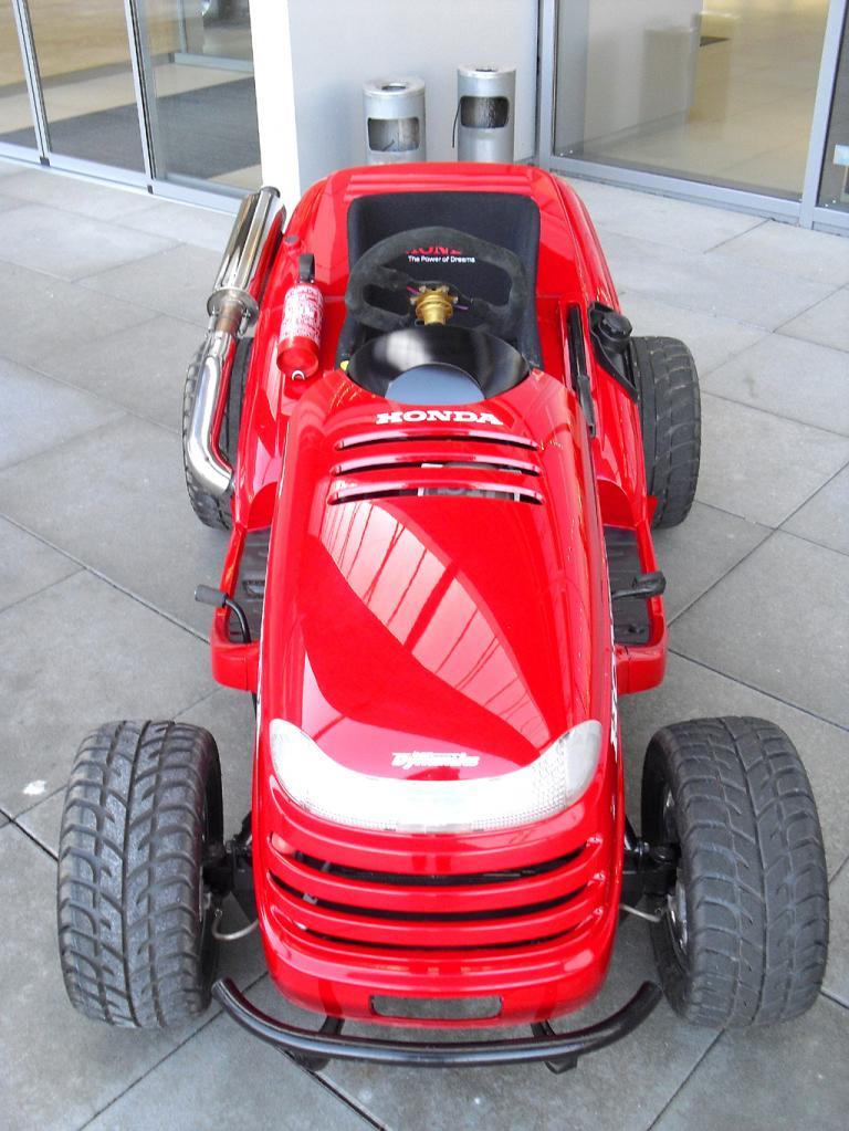 Der Mean-Mower-Rasentraktor ist über 200 Stundenkilometer schnell.