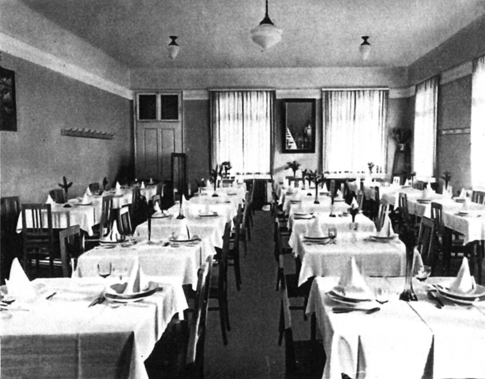 Der Speisesaal ist für eine Veranstaltung schon festlich eingedeckt.