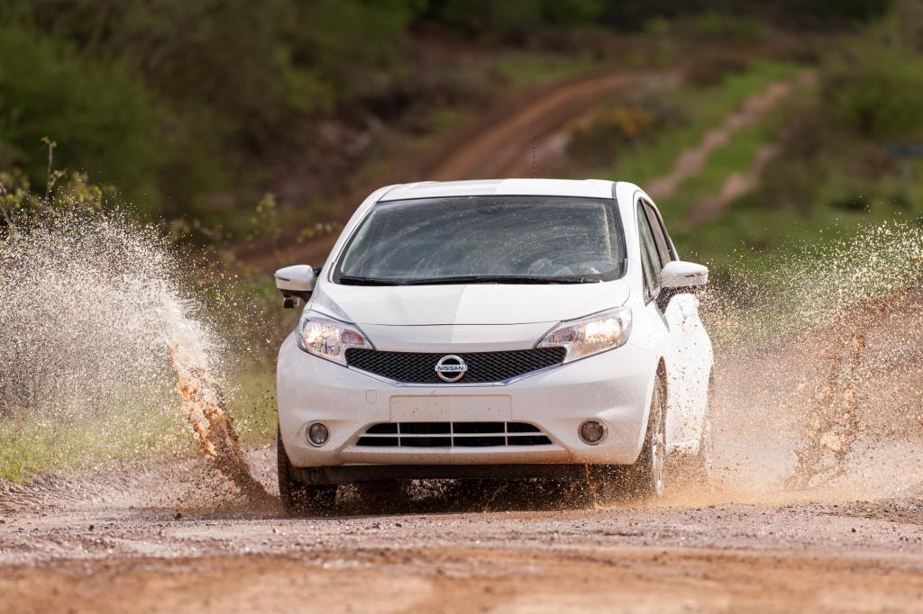 Der japanische Autohersteller Nissan hat einen speziellen Lack entwickelt, der Schmutz abweisen soll.