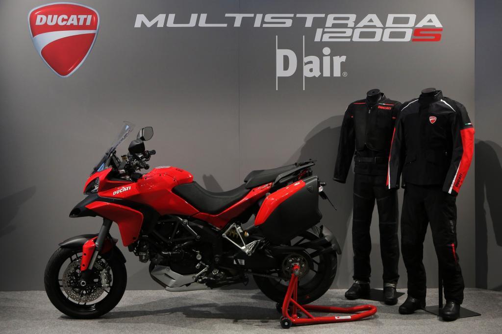 Die Jacke ist drahtlos mit Sensoren in der Ducati Multistrada 1200 S Touring D-Air verbunden.