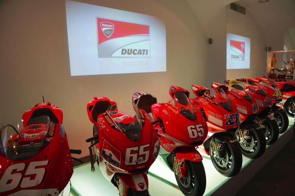 Die MotoGP-Renner von Ducati sind komplett vertreten, bis hin zu Valentino Rossis Rennmaschine