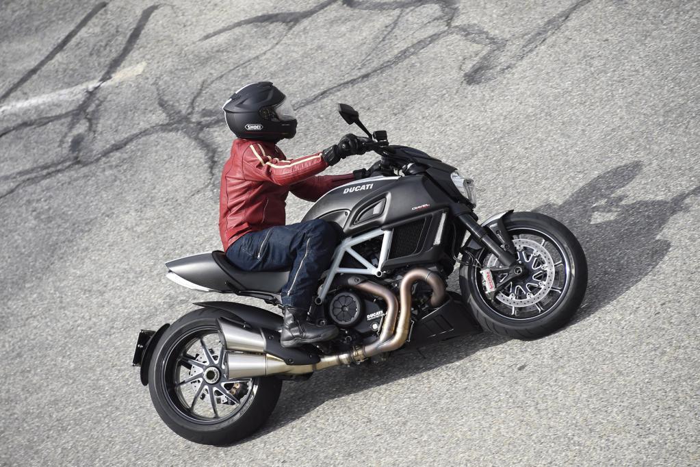 Ducati Diavel Carbon: Massives Zweirad-Spielzeug