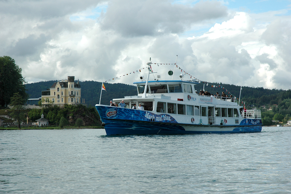 Ein Ausflugsschiff in Höhe der Reifnitzer Bucht.