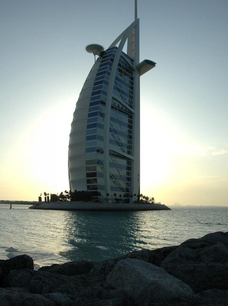 Einem Segel nachempfunden: Hotel Burj al Arab in Dubai.