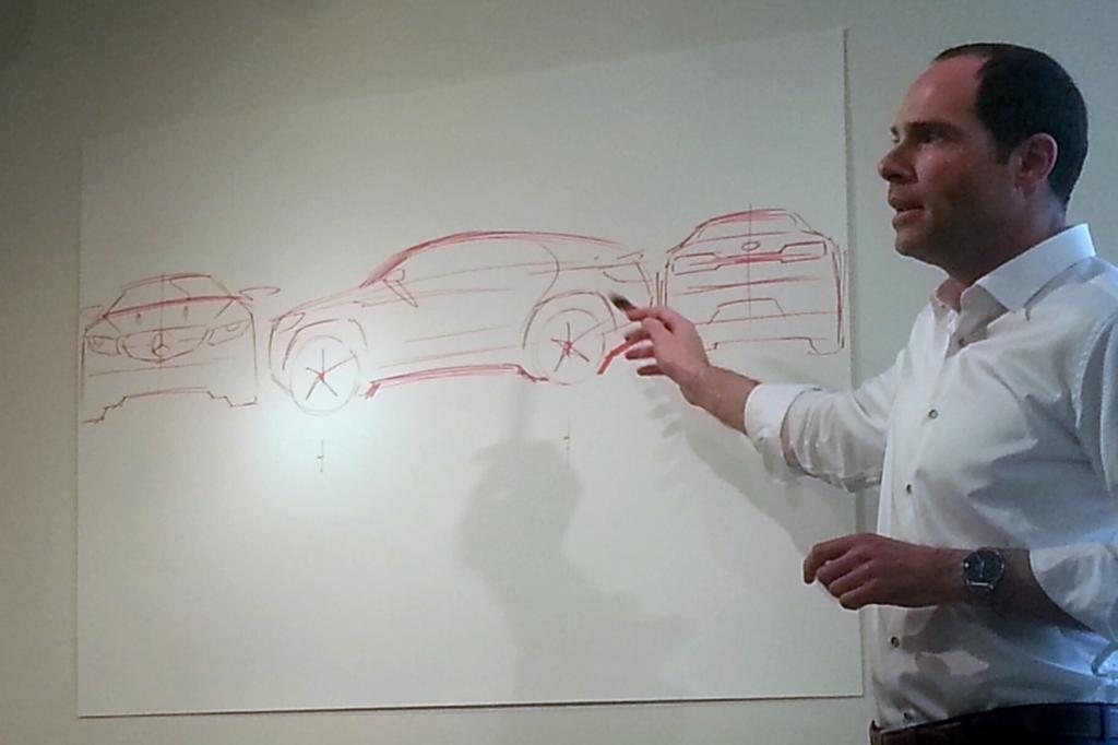 Exterior Design Chef Robert Lesnik zeichnet die wesentlichen Designlinien des Concept Coupe SUV.