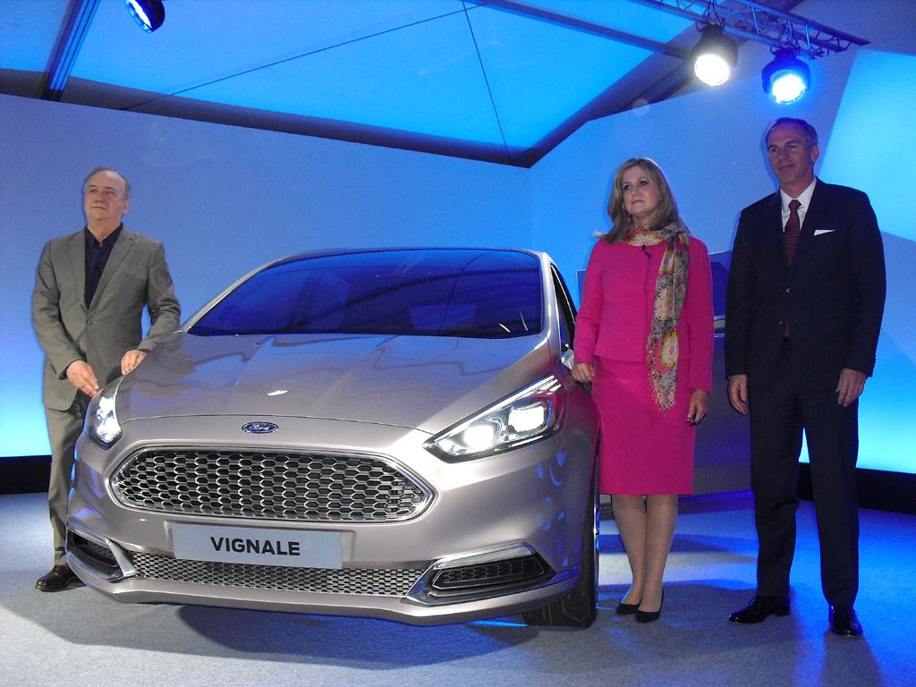 Gruppenbild mit S-Max Vignale Concept: (von links) Martin Smith, Barb Samardzich und Roeland de Waard von Ford Europa.