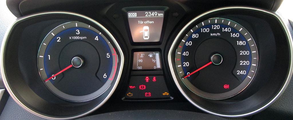 Hyundai i30 Coupé: Blick durch den Lenkradkranz auf die Rundinstrumentierung.