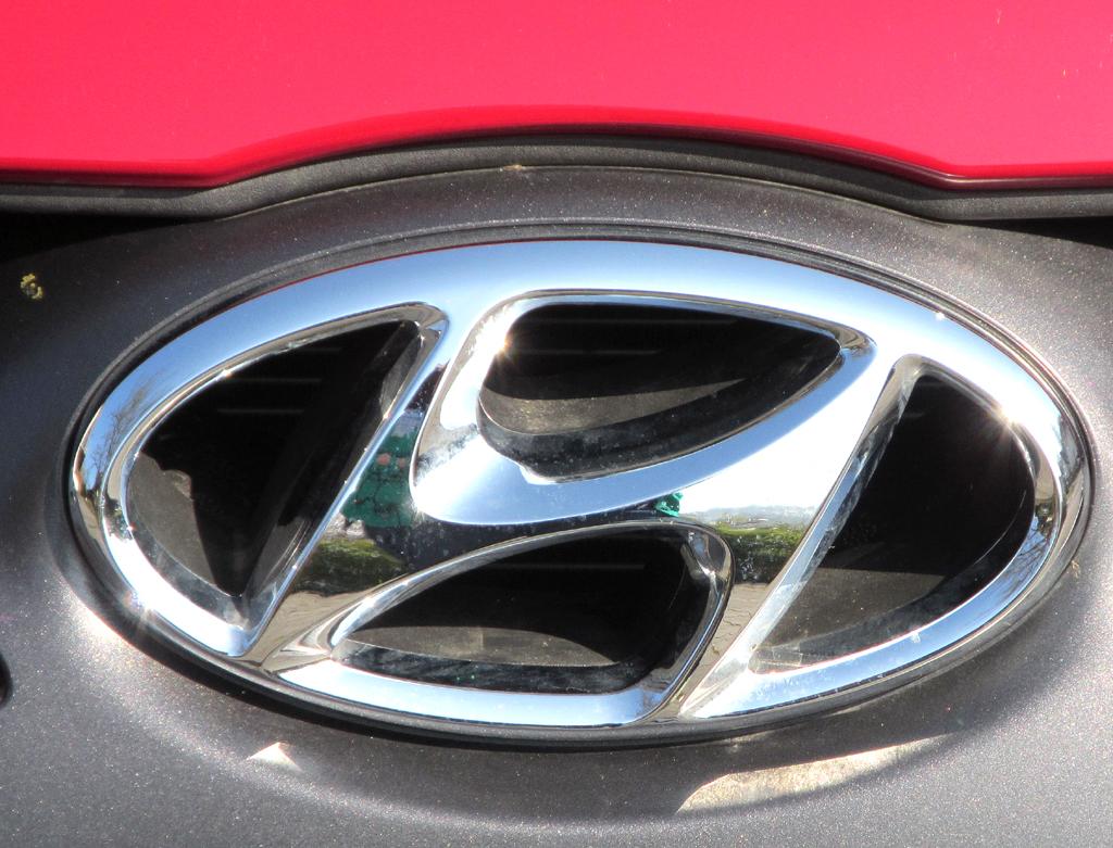 Hyundai i30 Coupé: Das Markenlogo sitzt vorn im oberen Kühlergrill-Teil