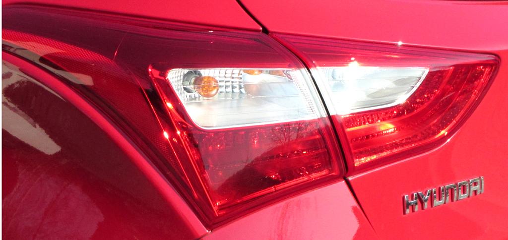 Hyundai i30 Coupé: Horizontal ausgerichtete Leuchteinheit hinten mit Markenschriftzug.