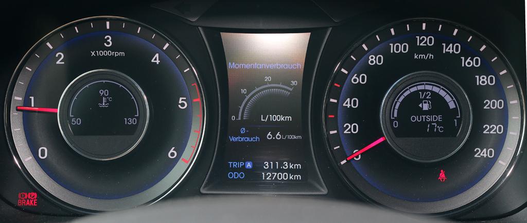 Hyundai i40: Blick durch den Lenkradkranz auf die Rundinstrumentierung.