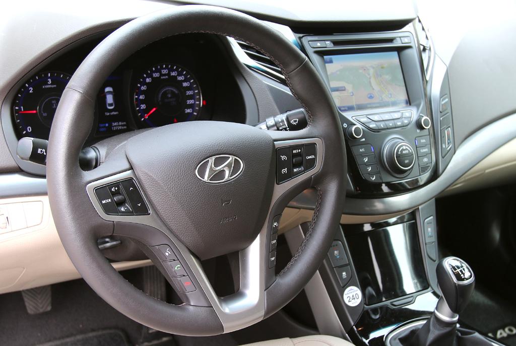 Hyundai i40: Blick ins noch recht übersichtlich wirkende Cockpit.
