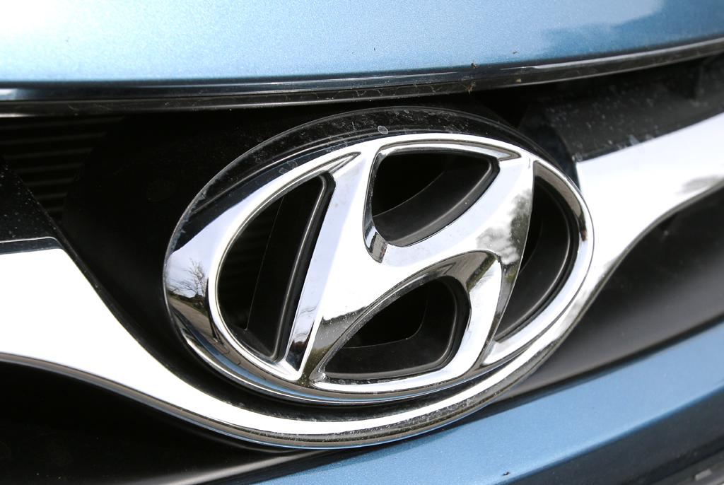 Hyundai i40: Das Markenlogo sitzt vorn in einer Chromspange im oberen Kühlergrill-Teil.