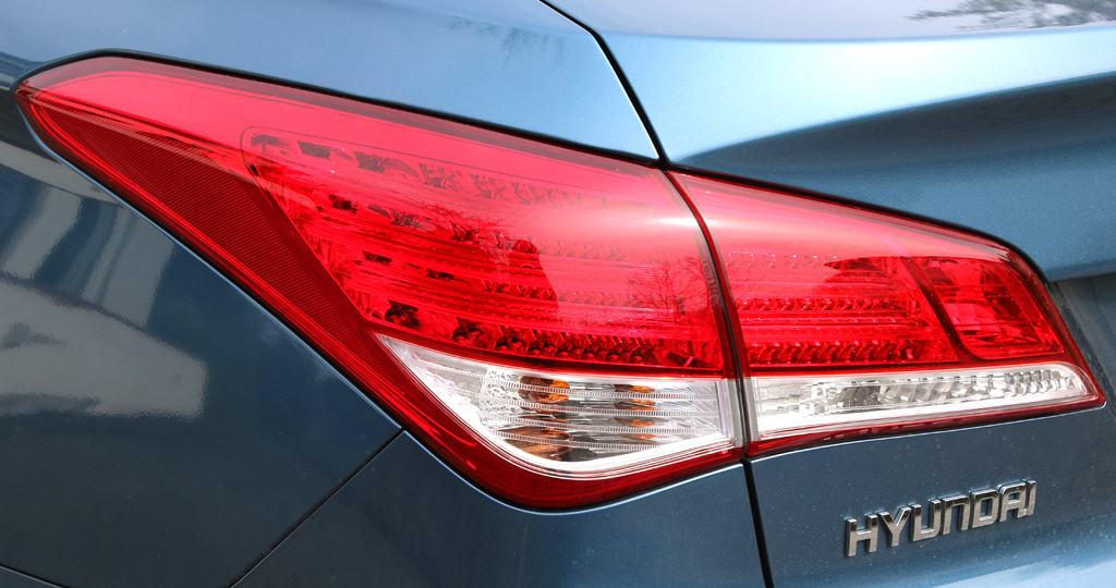 Hyundai i40: Horizontal ausgerichtete Leuchteinheit hinten mit Markenschriftzug.