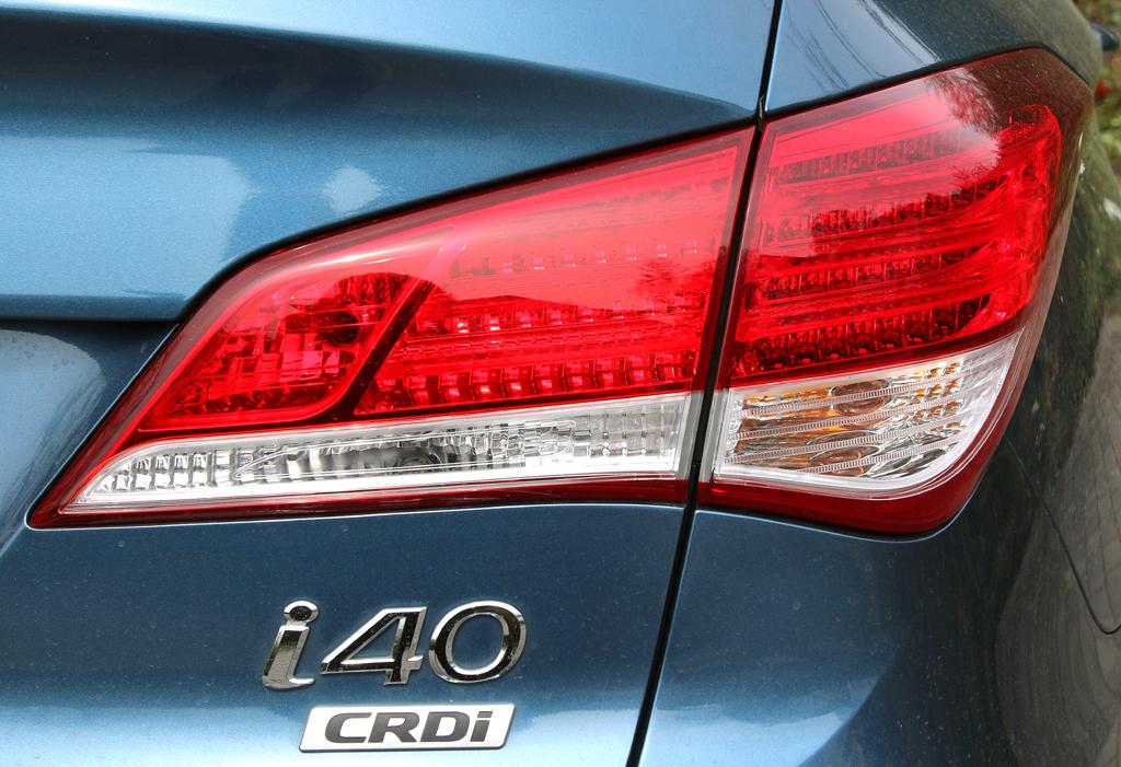 Hyundai i40: Moderne Leuchteinheit hinten mit Modell- und (Diesel-)Motorisierungsschriftzug.