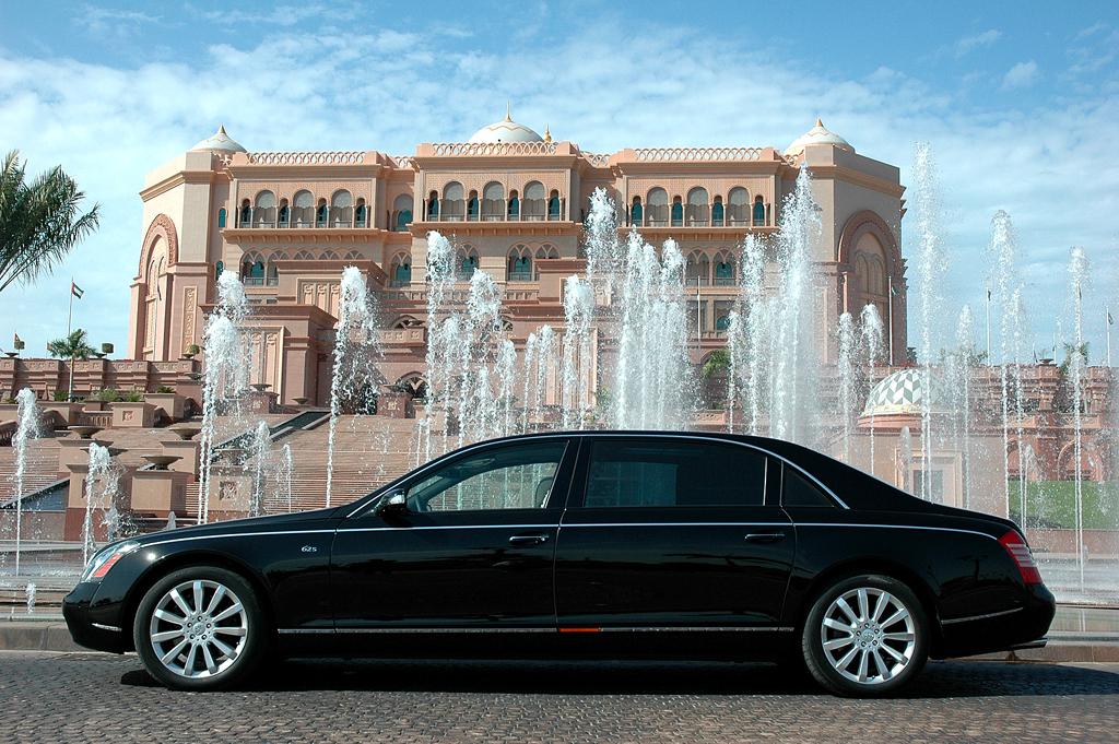 In Abu Dhabi: (Maybach-)Luxuslimousine vor (Emirates-)Luxushotel.