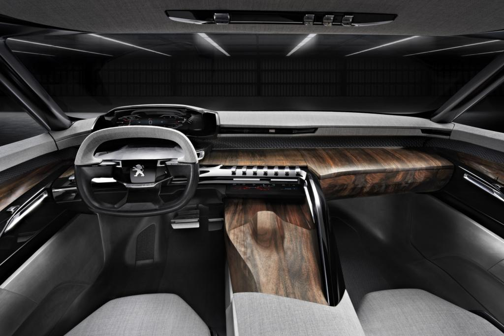 Innen dominieren Holz und Naturmaterialien