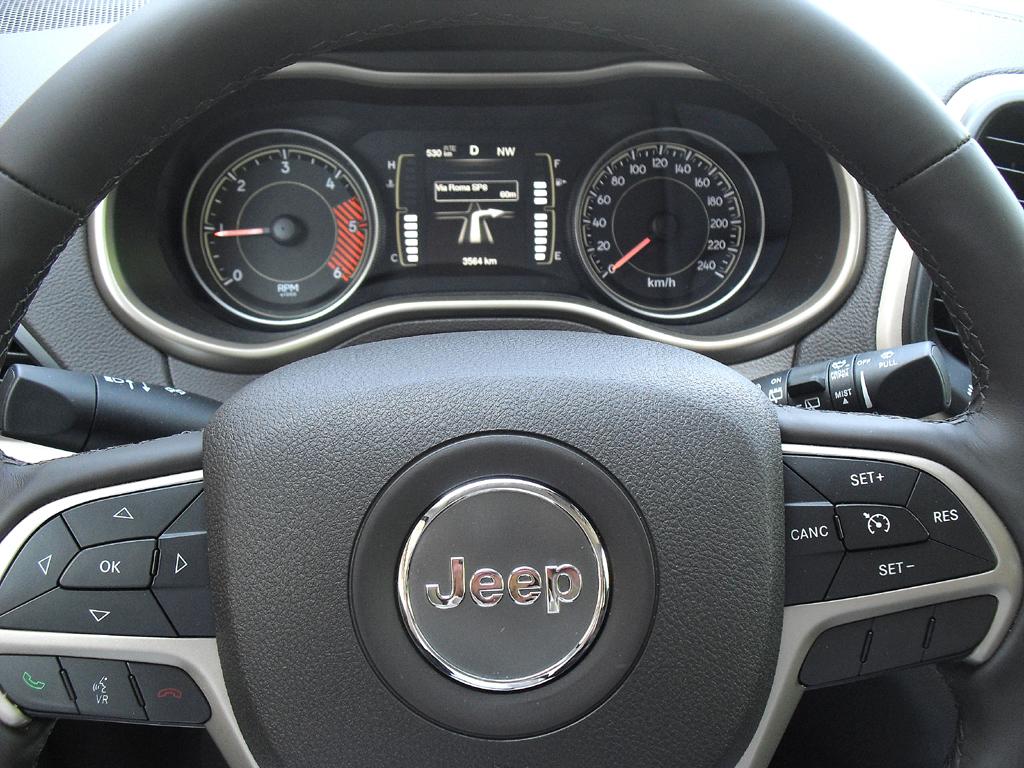 Jeep Cherokee: Blick durch den Lenkradkranz auf die Rundinstrumentierung.