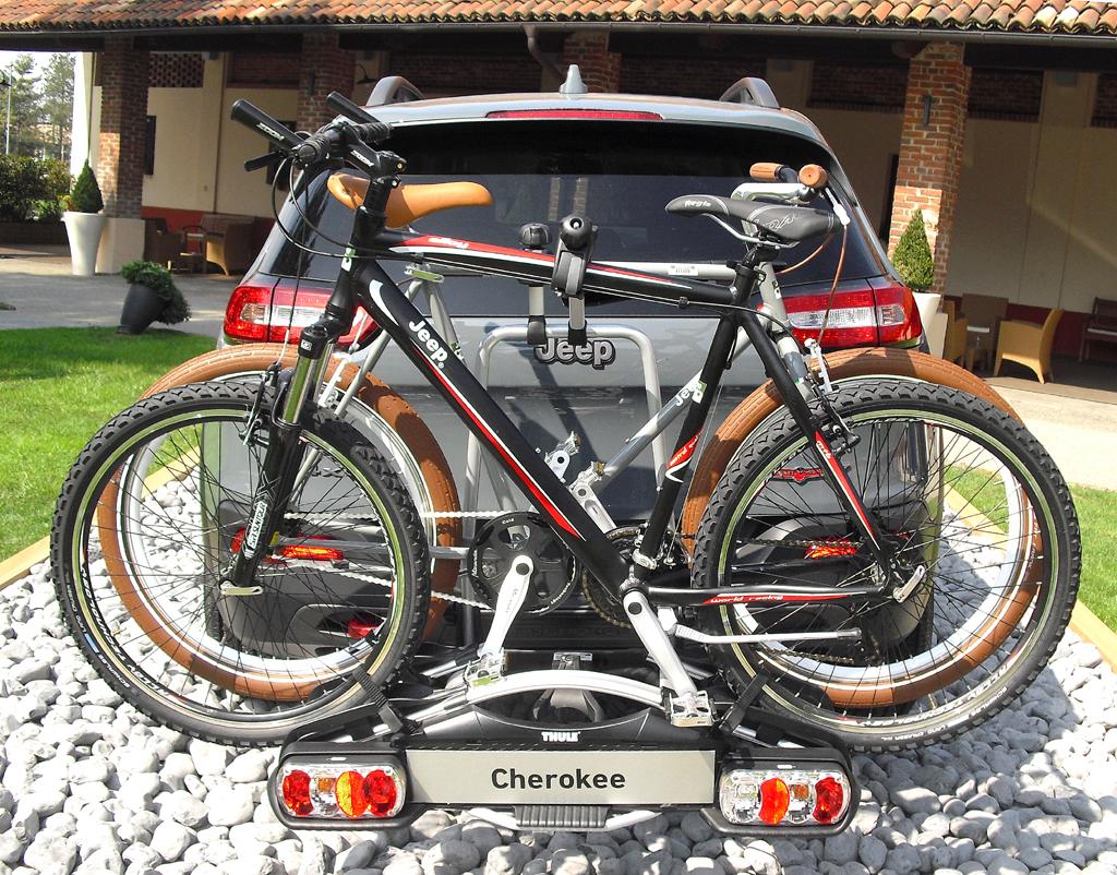 Jeep Cherokee: Mit entsprechender Zusatzausstattung lassen sich auch Räder transportieren.