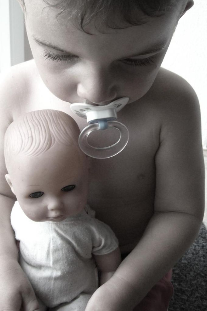 Kleine Jungs lieben zuerst Puppen, dann Autos