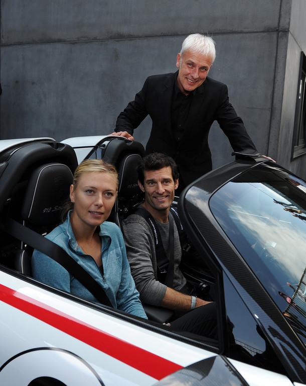 Mark Webber nimmt Maria Sharapova im Porsche mit