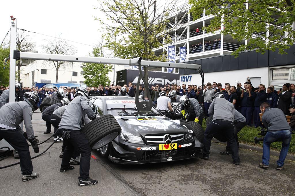 Mercedes-Benz-DTM-Teams stellen sich Mitarbeitern vor