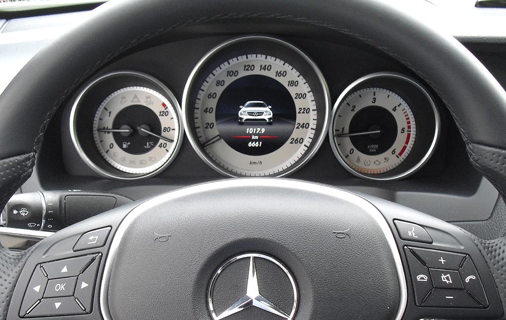 Mercedes E-Coupé: Blick durch den Lenkradkranz auf die Rundinstrumentierung.