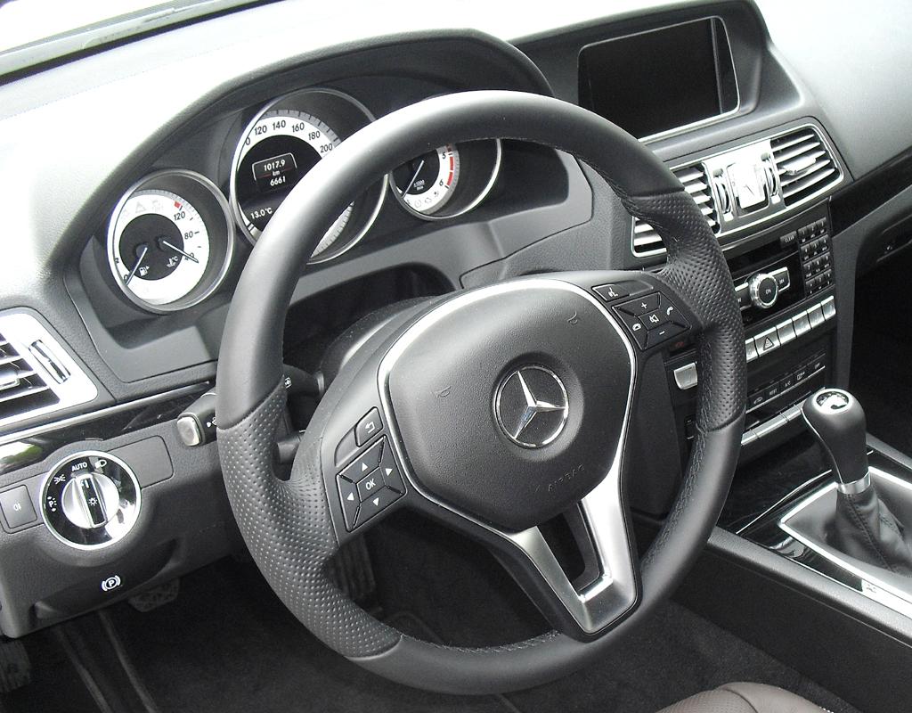 Mercedes E-Coupé: Blick ins übersichtlich gestaltete Cockpit.