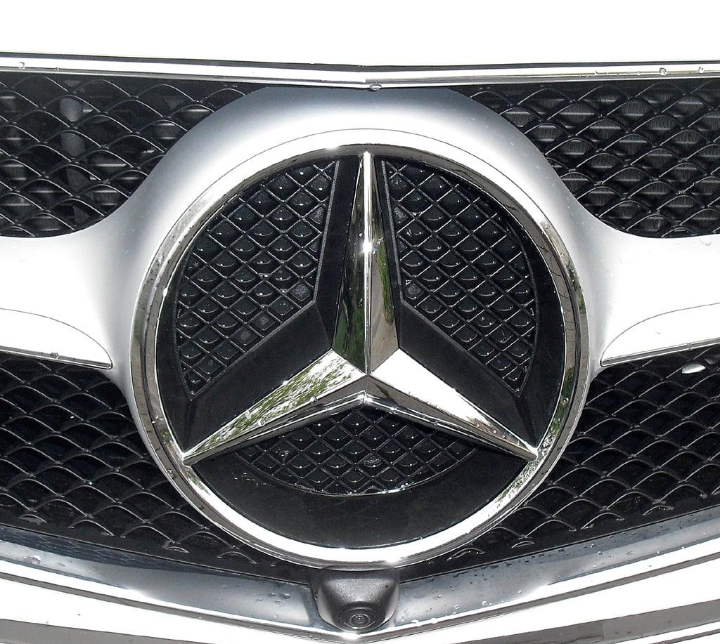 Mercedes E-Coupé: Der Markenstern prangt vorn groß und mittig im Kühlergrill.