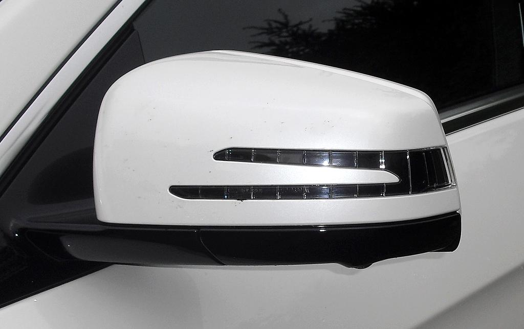 Mercedes E-Coupé: In die Außenspiegel sind doppelte Blinkstreifen integriert.